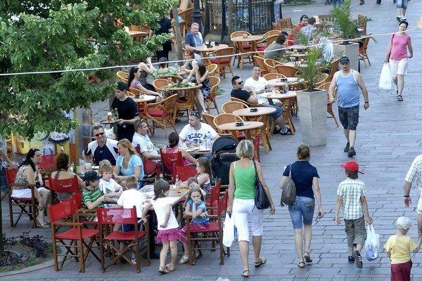 Letné sedenia v centre. Hostia sa sťažujú na žobrákov, ktorí sa motajú aj pomedzi stoly.
