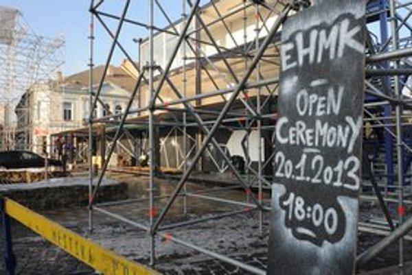 Na Hlavnej ulici v Košiciach sa už pripravuje nezvyčajné pódium z kontajnerov a lešenia na otvárací ceremoniál EHMK 2013.