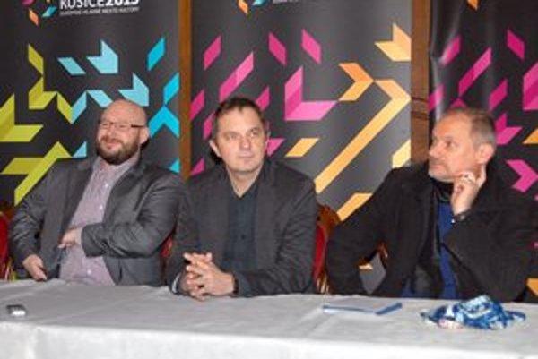 Lumír Mati (zľava), Ján Sudzina a Vladimír Beskid. Páni sa tešia na Gregorianu aj svetelné divadlo.