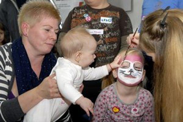 Deti si maľovanie na tvár užili.