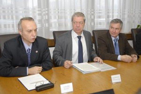 Pflieger, Bauer a Šteiner (zľava) pripravia stratégiu, ako na to.