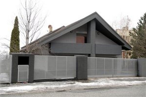 Dom Evy Rezešovej-Varholíkovej. Počas jej pobytu v maďarskom väzení ho založili v prospech banky.