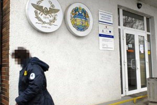 SBS-kárka stráži budovu DPMK na Bardejovskej.