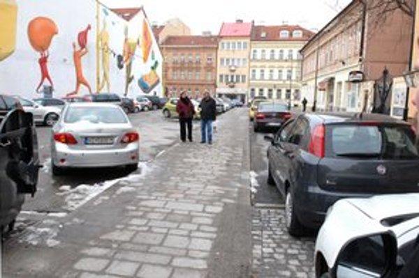 Chodník vďaka EHMK rozšírili. Teraz pre zmenu nespĺňa normy zúžené parkovisko (vľavo).