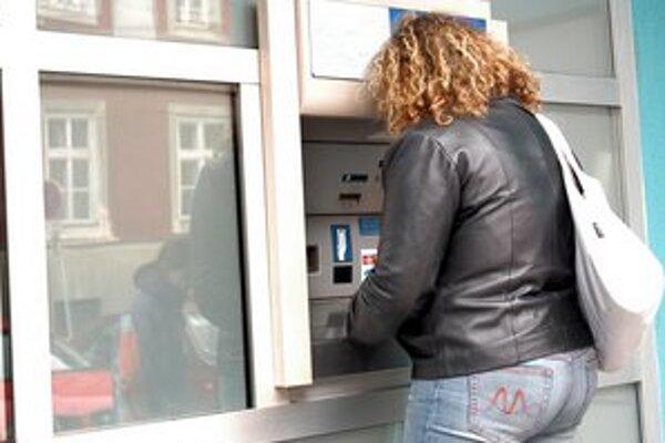 Pri bankomate treba dať pozor. Podvodníci na ne inštalujú rôzne falošné nadstavce a čítačky.