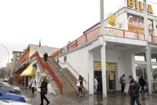 Obchodné centrum na Mieri. Stanica bude na poschodí vľavo.
