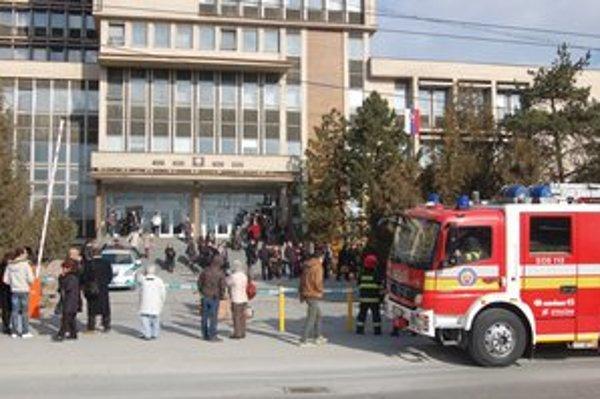 Budovu súdov dnes zas raz museli evakuovať.