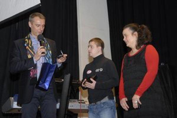 Zľava Richard Raši, zlatý olympionik Dávid Boček a bežkárka Gabika PetrovičováReprezentanti dostali od primátora ďakovné listy a striebornú pamätnú mincu.