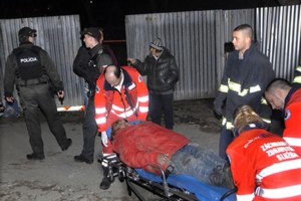 Prevoz do nemocnice. Žena utrpela vážne zranenia hlavy.