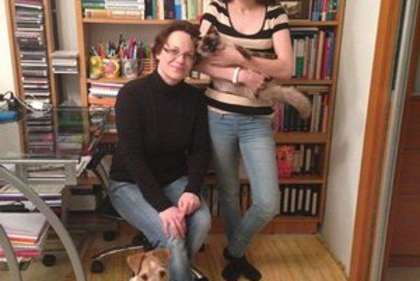Šéfkontrolórka doma. S dcérou, štvornohými miláčikmi a kopou kníh.