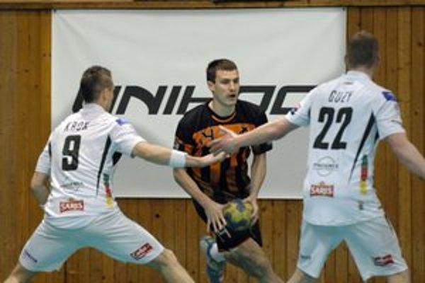 Favorizovaný Tatran nezaváhal. Hráč Košíc Fuňak, autor 9 gólov v zápase, preniká cez prešovskú obranu.