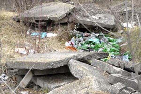 Pri Triede KVP. Kopy odpadkov, staré panely, zdržiavajú sa tu i bezdomovci.