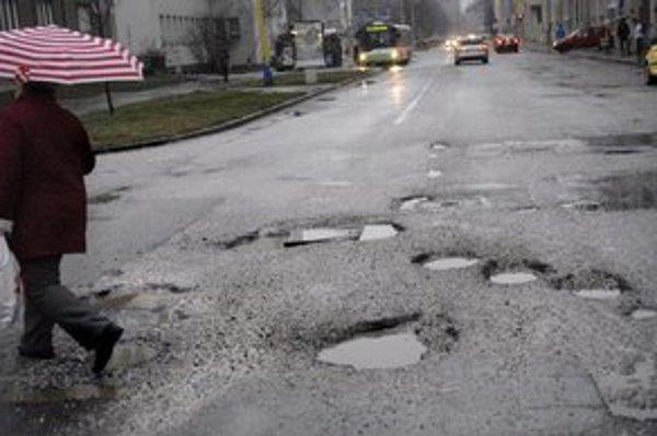 Košice 2013 – samá jama. Nové autobusy na úver budú. Súvislé opravy ciest nechystajú.
