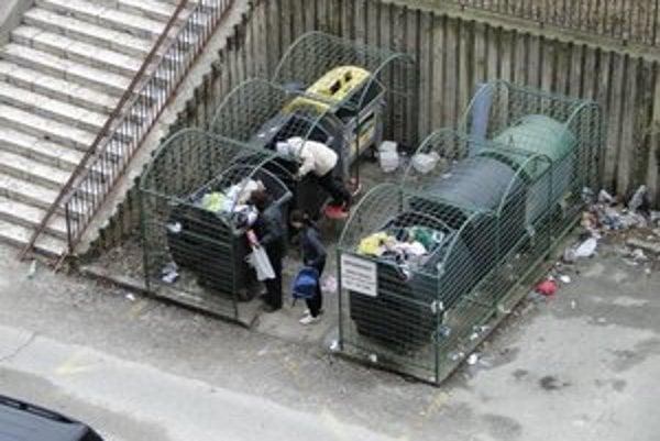 Nájazdy na kontajnery. Odpad triedia jednotlivci aj skupinky.