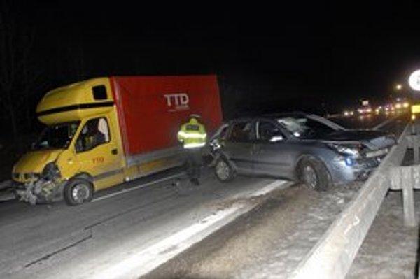 Poľská dodávka vrazila do octavie v čase, keď policajti vyšetrovali smrteľnú nehodu.