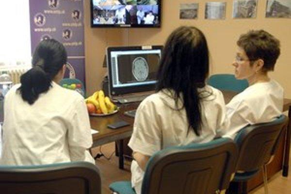 Telemost, Košickí lekári komunikujú s odborníkmi z troch maďarských nemocníc.