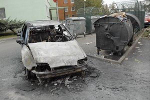 Časté následky. Ak horí plastový kontajner a v blízkosti stojí auto, hrozí jeho zničenie.