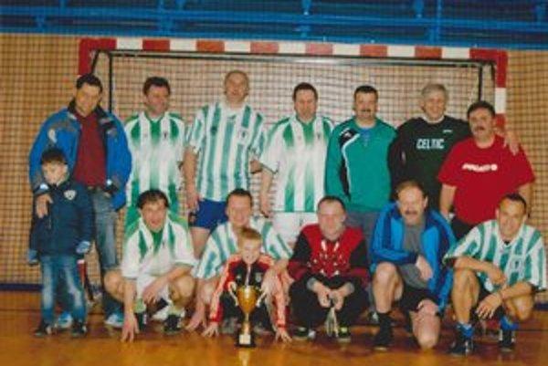 Na druhom mieste skončil Celtic. Pózovanie po turnaji legiend košickej miniligy.