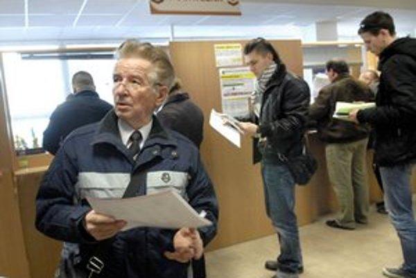 Poctivý daňovník Pavol. Košický dôchodca prišiel na daňový úrad doslova z nemocnice, v rade čakal tri minúty.