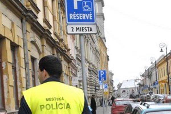 Miesta pre ZŤP. Mnohí už nemajú platné preukazy, ktoré ich oprávňujú na takýchto miestach parkovať.