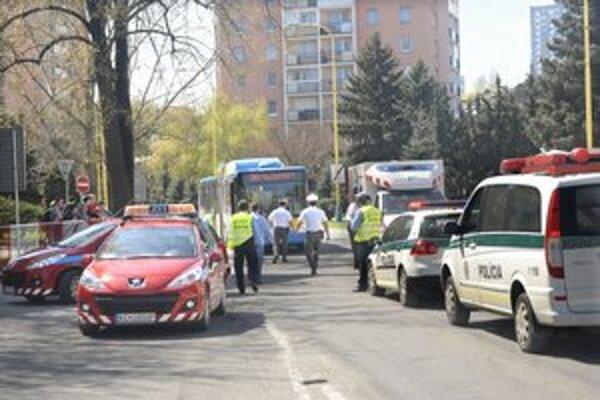 Po nehode. Zraneného ošetrovali v sanitke, polícia zaisťovala stopy.