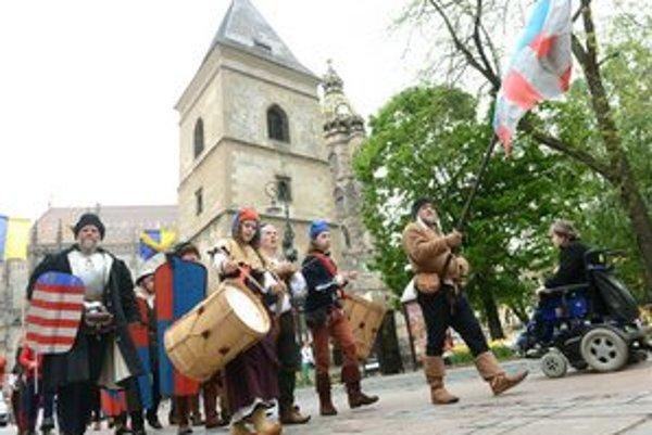 Verbovanie do žoldnierskej roty pred historickou rekonštrukciou šarvátky v Košiciach v roku 1473.