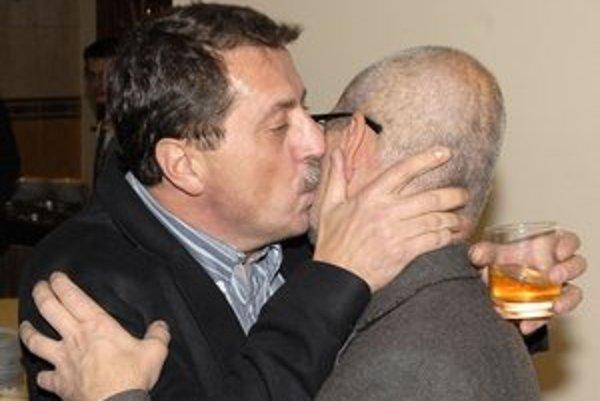 Podľa Smeru obchodný vzťah. Šéf parlamentu a podpredseda strany Pavol Paška vystískal Karola Fischera v roku 2010 na volebnom štábe od radosti, že vyhrali.
