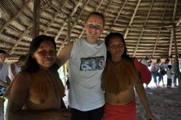 Kornélia sa vyfotila aj s domorodkyňami.