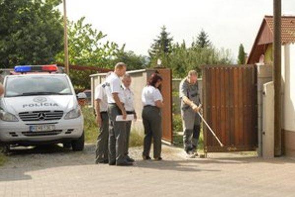 Dôchodca František Milkovič ukazuje policajtom škody, ktoré mu E. Rezešová spôsobila.