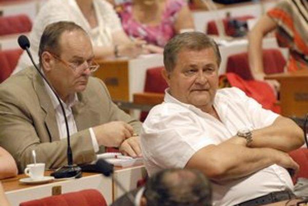 Poslanci Farkašovský a Mutafov. Smeráci na nevôľu svojho šéfa klubu dali financie vzpieračom aj folkloristom.