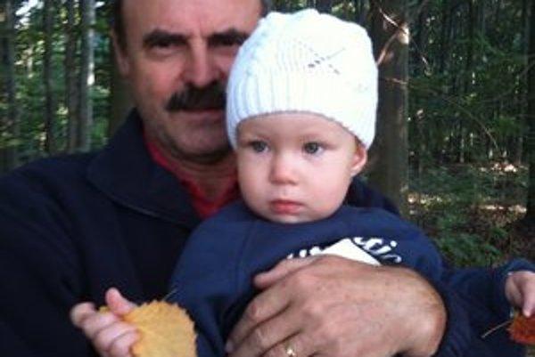 S vnučkou Liou. Dedko ju pomaly zaúča do tajov prírody.
