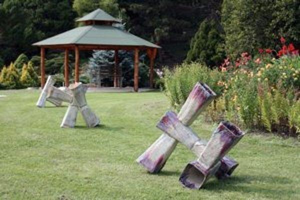 Výstava. Diela keramikára Petra Smika môžeta obdivovať v týchto dňoch v priestoroch botanickej záhrady.