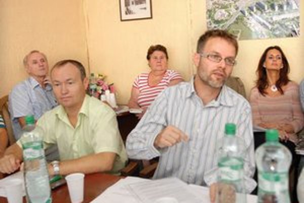 Poslanci Gürtler a Ténai (vľavo). Po petícii im to nevyšlo ani s uzáverou.