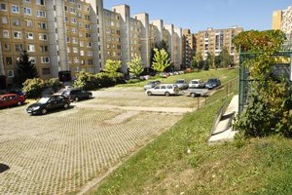 Dnešná plocha na Sofijskej. Sčasti parkujú autá, sčasti je prázdna.