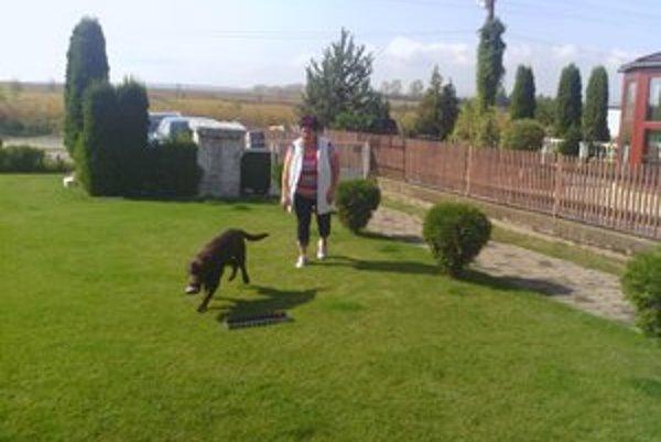Na záhradke so svojím psíkom. Skrášľovaniu bývania starostka venuje veľkú pozornosť.