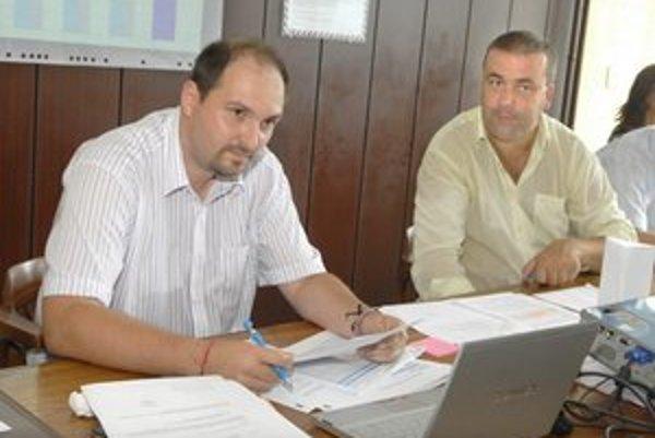 Polaček a Gaj tvrdia, že zákon neporušujú. Poslanci i šéfkontrolórka majú iný názor.