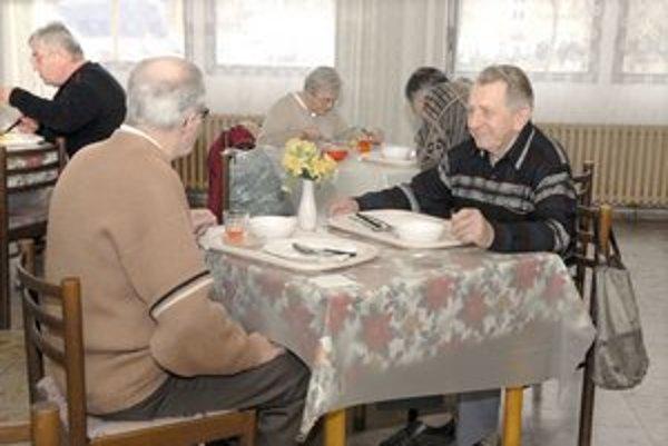 Košickí dôchodcovia. Za rozvoz stravy si budú musieť priplatiť