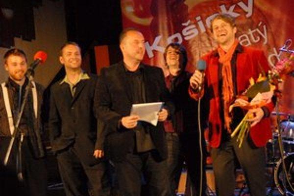 Skupina Invivo a moderátor večera Roman Bomboš (v strede). Víťazstvu nechceli veriť, no potom prišla nefalšovaná radosť