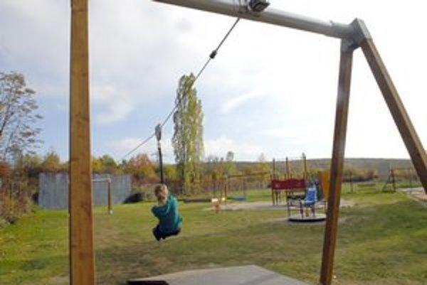 Mini lanovka pre deti. Na ihriskách je raritou.