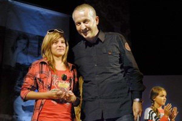 Víťazke druhej kategórie Salome Bindovej cenu odovzdal riaditeľ košického štúdia RTVS Juraj Hidvéghy.