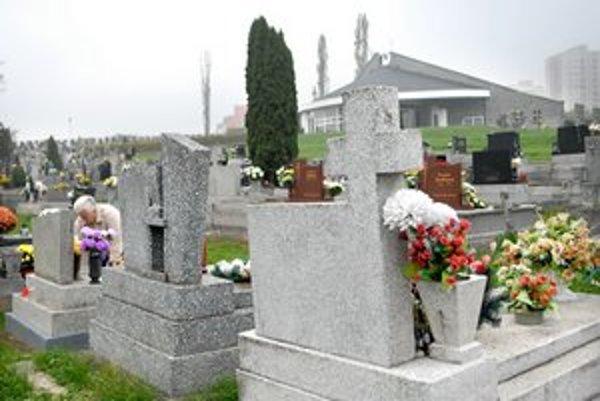 Cintorín v Myslave. Nechýbajú mu peniaze, ale platné zmluvy.