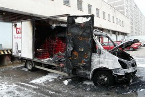 Okrem auta zhoreli aj už prázdne prepravky chleba.