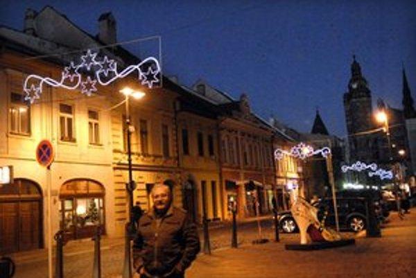 Mesto žiari. Na Alžbetinej sa už začali Vianoce. Ulice sa obliekajú do svetla.