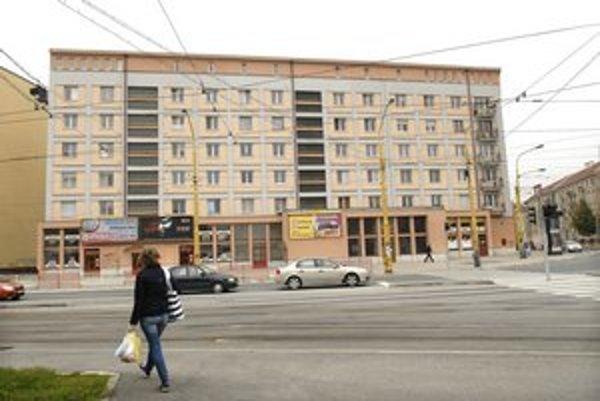Blok Fatra pri športovej hale. Kuzmányho 1 a 3 a Československej armády 2 a 4.