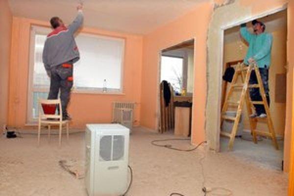 Renovácia. Omietky oškrabávajú až na panely, byty vysušujú špeciálnymi zariadeniami.