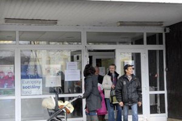 Pracovník SBS. V budovách úradu práce v Košiciach vás môže skontrolovať.