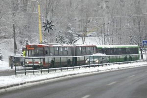 Trolejbus verzus autobus. Ekonomicky výhodnejší je vraj autobus.