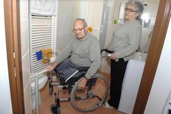 Manželia Šedovičovci. Ukazujú novú, aj keď bariérovú kúpelňu.