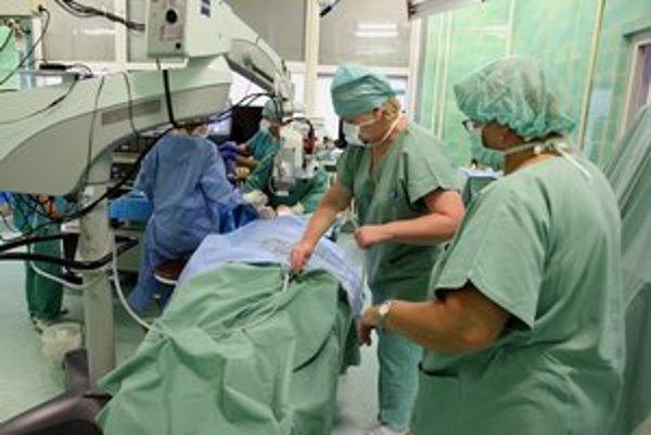 Lekári. V Košiciach najčastejšie zarábajú od 2000 do 3000 eur.