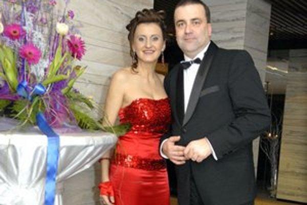Gajovci. Sú manželmi už 20 rokov. On je starosta Severu, ona speváčka.